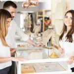 Mit Vitrinen und Theken Highlights im eigenen Laden schaffen